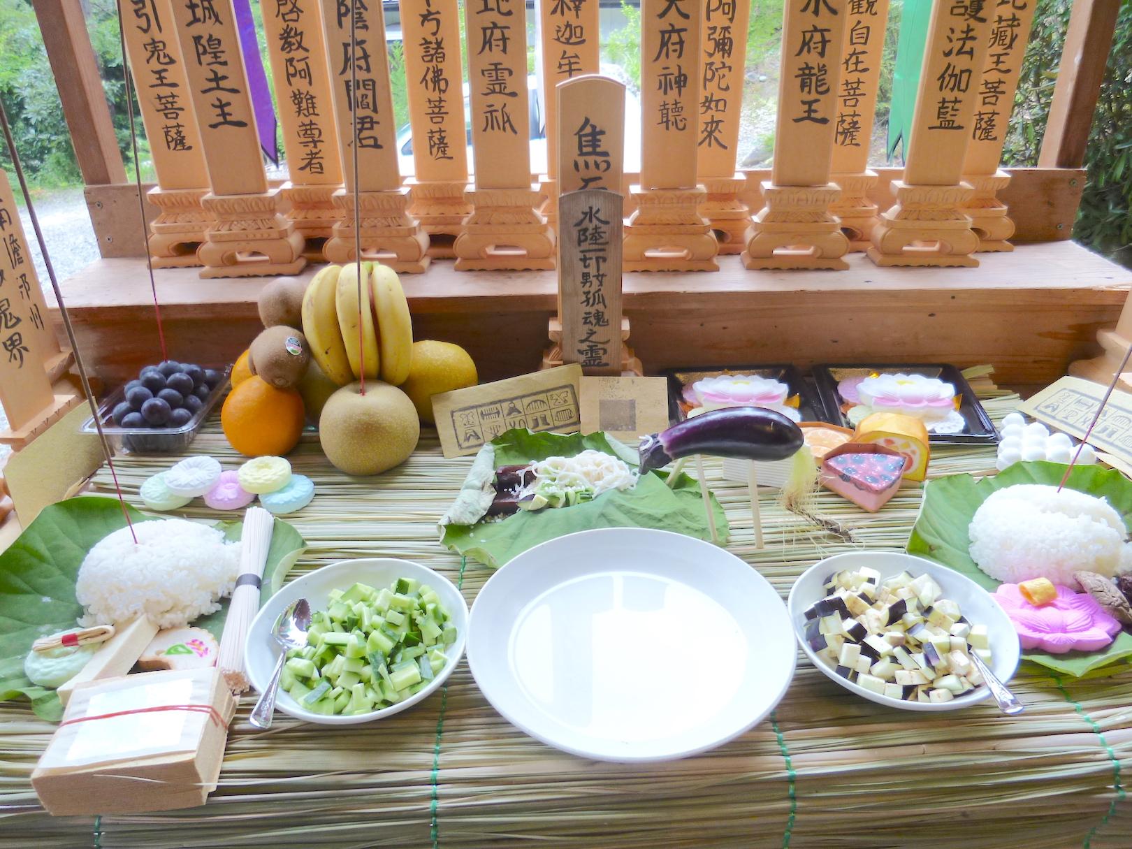 Timun dan terung buah yang selalu ada di persembahan makanan pada shōrōdana/shōryōdana (altar persembahan untuk leluhur) atau bondana (altar obon) saat perayaan Hari Raya Obon.